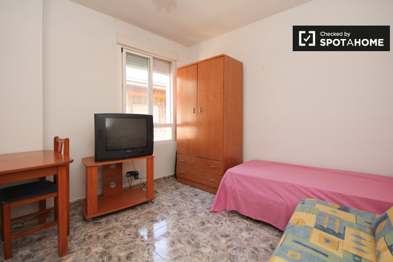 Spacious studio apartment to rent in central Granada