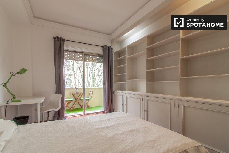 Quarto luminoso em apartamento com 9 quartos nas Avenidas Novas, Lisboa