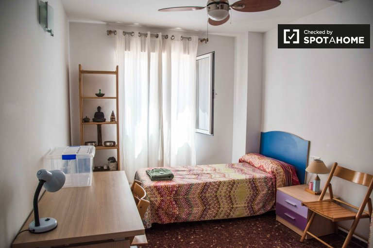 Rooms for rent in 4-bedroom apartment in Algirós, Valencia