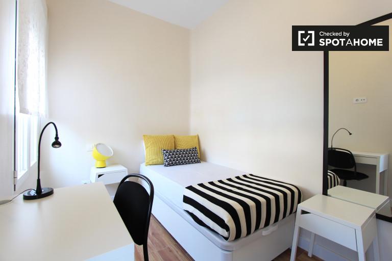 Rent a room in 4-bedroom apartment in Embajadores, Madrid