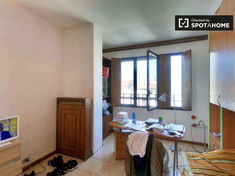 Quarto espaçoso para alugar em Ticinese, Milão