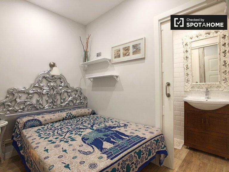 En-suite room in 2-bedroom apartment in Atocha, Madrid