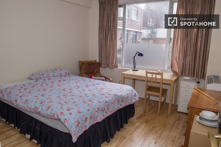 Relaxing room in 2-bedroom flat in Islington, London