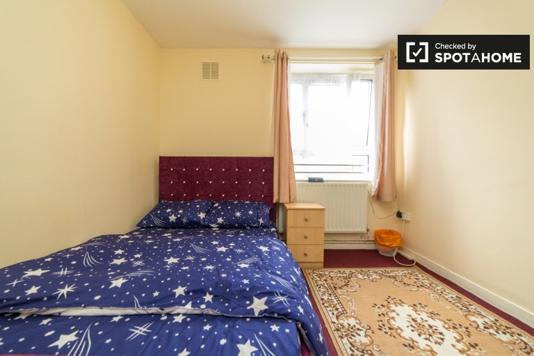 Neat room to rent in 2-bedroom flat in Islington, London