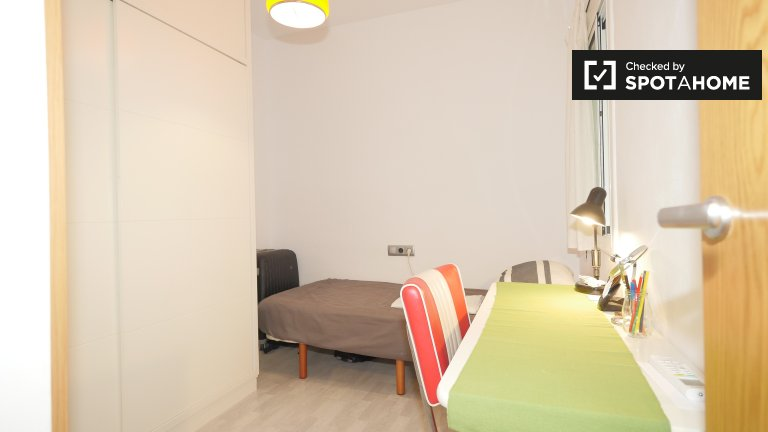 Cosy room for rent in 4-bedroom apartment in Gràcia
