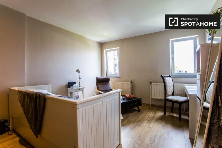 Wyposażony pokój w mieszkaniu w Auderghem, Bruksela