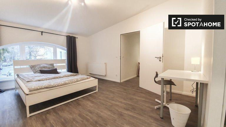 Zimmer zu vermieten in Wohnung mit 6 Schlafzimmern, Reinickendorf