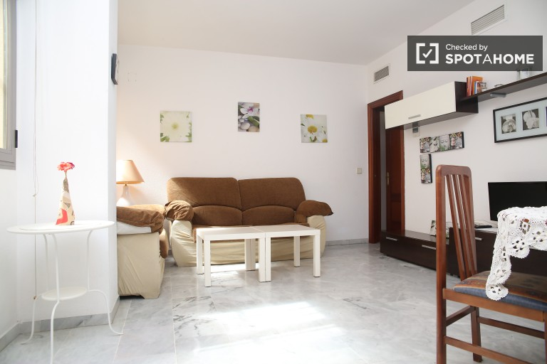 Quiet interior two bedroom apartment in the city centre, minutes from the train station