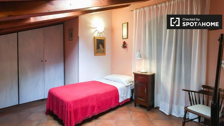Espaçoso quarto em apartamento de 3 quartos em Termini, Roma
