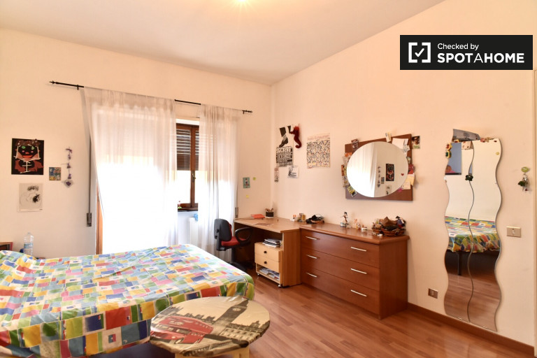 Zentral Zimmer in Wohnung in Appio Latino, Rom