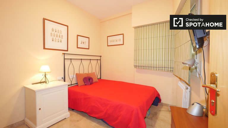 Cute room to rent in 2-bed apartment, Sant Martí, Barcelona