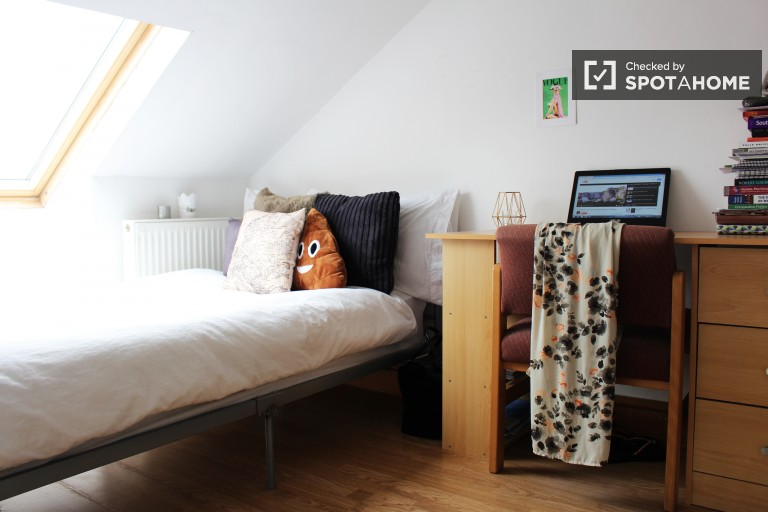 Bedroom 7 with single bed, fully-furnished