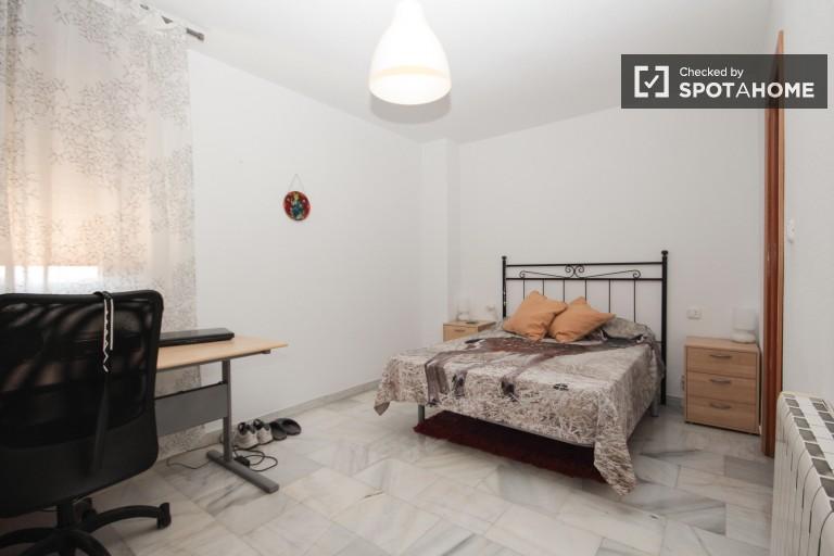 Spacious 4 bedroom apartment for rent in Almanjáyar, Granada