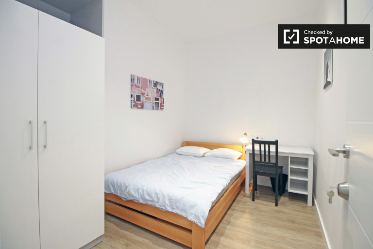 Welcoming room in 5-bedroom apartment in El Raval, Barcelona