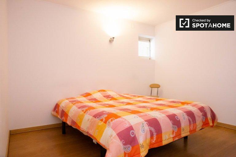 Offenes Zimmer in einem 5-Zimmer-Haus in Estoril, Lissabon