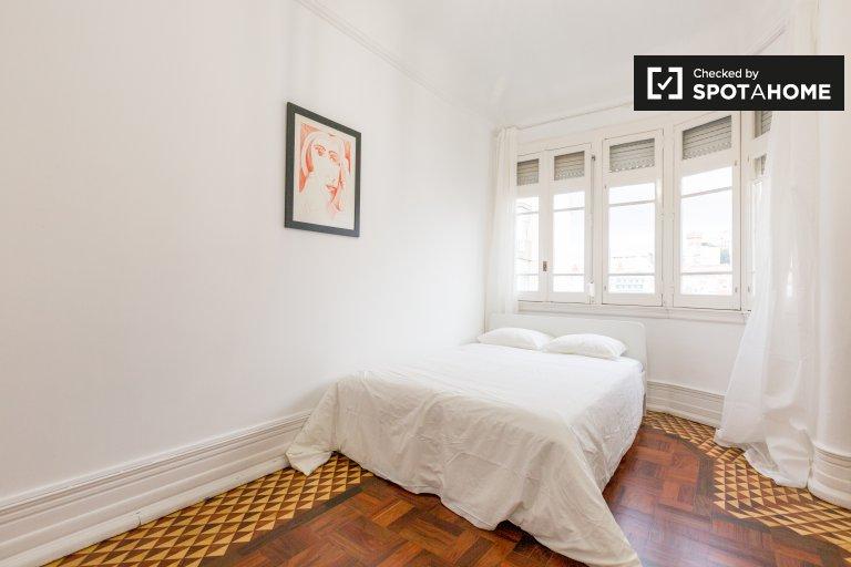 Arrumo quarto para alugar em apartamento de 5 quartos em Arroios