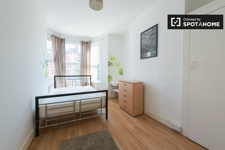Double Bed in Rooms to rent in a 6-bedroom shared house with garden in Haringey