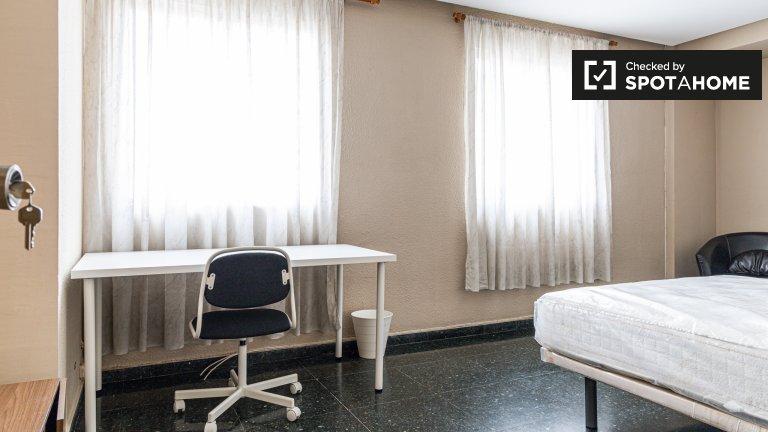 Se alquila habitación en piso de 10 habitaciones en El Pla del Real