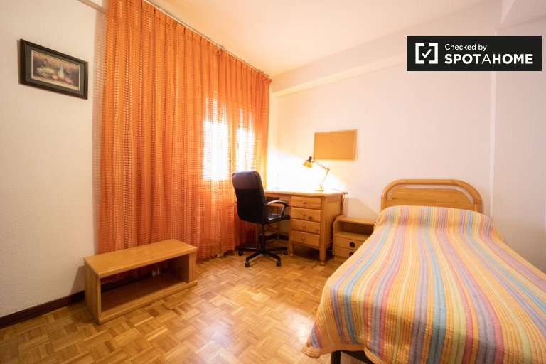 Room for rent in 4-bedroom apartment in Imperial, Madrid