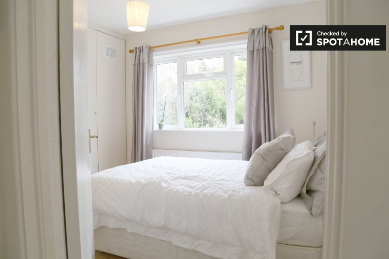 Double Bed in Rooms to rent in 5-bedroom house with spacious garden in Killiney