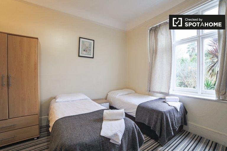 Toasty room to rent in 3-bedroom apartment in Kensington