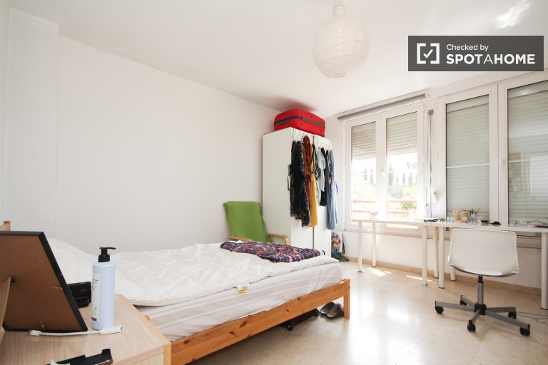 Bedroom 5 with double bed