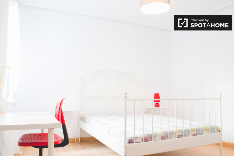 Madrid, Arguelles'deki 5 yatak odalı dairede dinlendirici oda