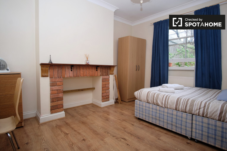 Large room in flat in Hammersmith, London