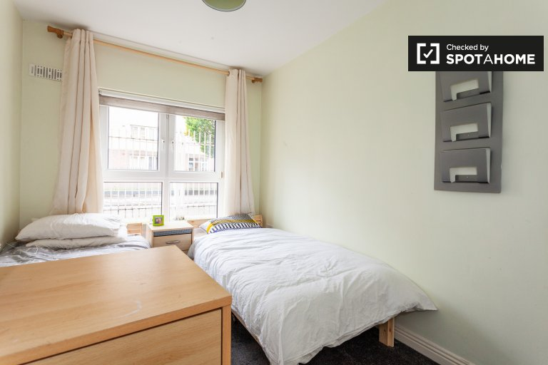 Beds to rent in shared 2-bedroom flat in Silicon Docks