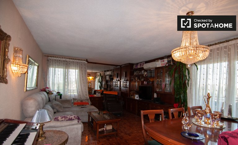 Lindo apartamento de 4 quartos para alugar em Aluche, Madrid
