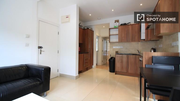 Convenient 2-bedroom flat to rent in trendy and prestigious Kensington