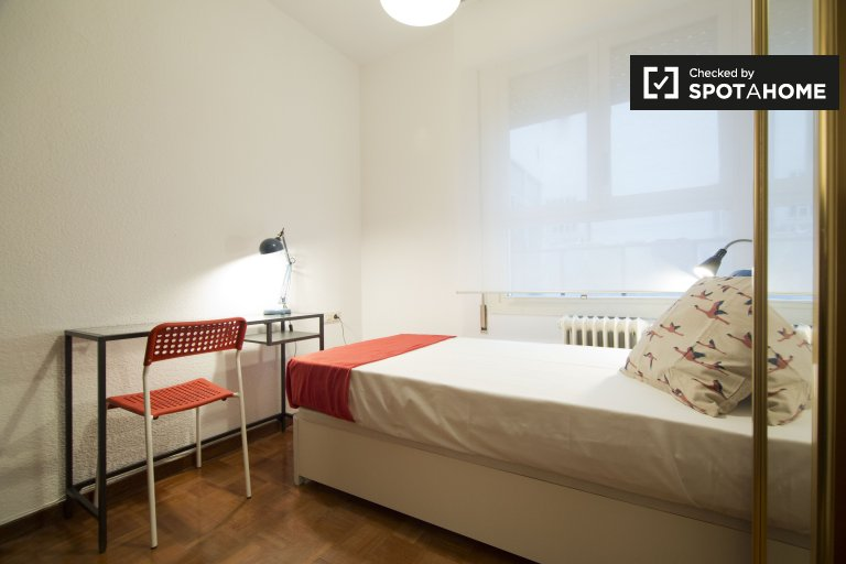 Compact room in 6-bedroom apartment in Prosperidad, Madrid