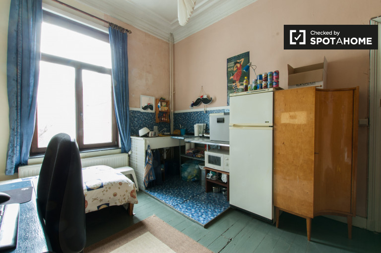 Single Bed in Semi-independent studio rooms in a huge shared house in Forest