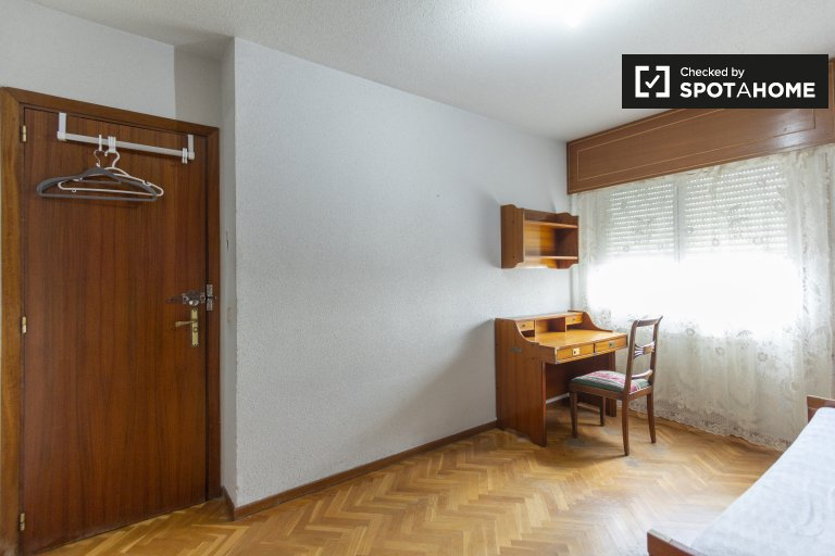 Room for rent in 4-bedroom apartment, Casa de Campo, Madrid