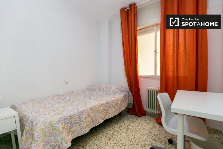 Single Bed in Rooms for rent in tidy 5-bedroom apartment in Ronda