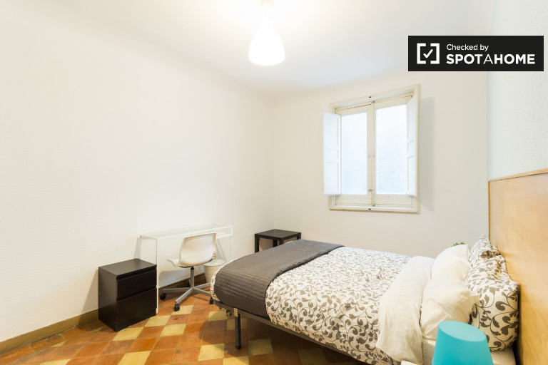 Welcoming room in shared apartment in Puerta del Sol, Madrid
