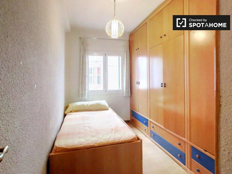 Jasny pokój w apartamencie z 2 sypialniami w Ventas w Madrycie