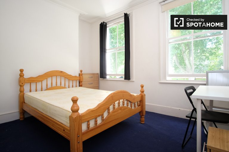 Double Bed in Rooms to rent in 5-bedroom house in Hackney next to Victoria Park