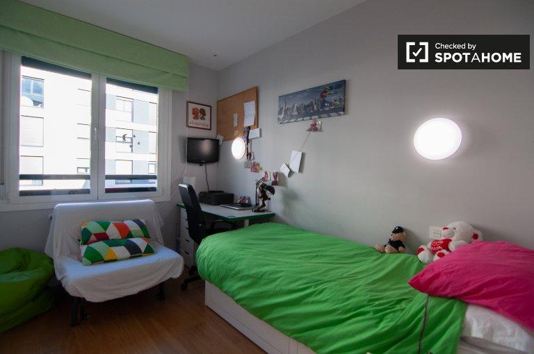 Słoneczny pokój w apartamencie z 3 sypialniami w Fuencarral - El Pardo
