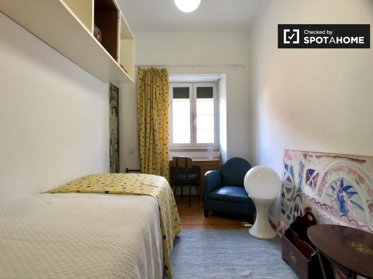 Room for rent in 5-bedroom apartment in Paço de Arcos