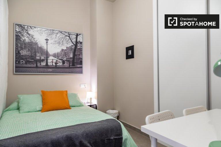 Se alquila habitación en apartamento de 5 dormitorios en L'Eixample