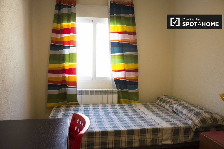 Umeblowany pokój w apartamencie z 2 sypialniami w Acacias w Madrycie