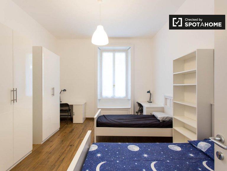 Bett zu vermieten im Zimmer in 9-Zimmer-Wohnung in Città Studi