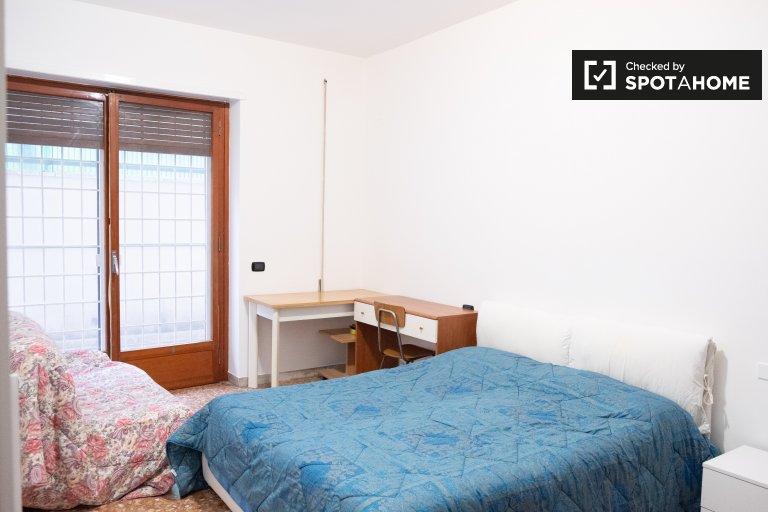 Portuense'de 4 yatak odalı dairede kiralık konforlu oda