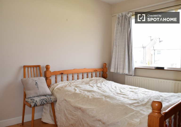 Double Bed in Room for rent in 4-bedroom house with a garden in Templeogue