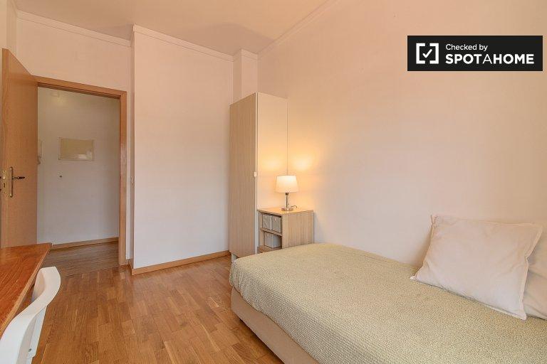 Przytulny pokój w 4-pokojowym apartamencie w Alvalade, Lisboa