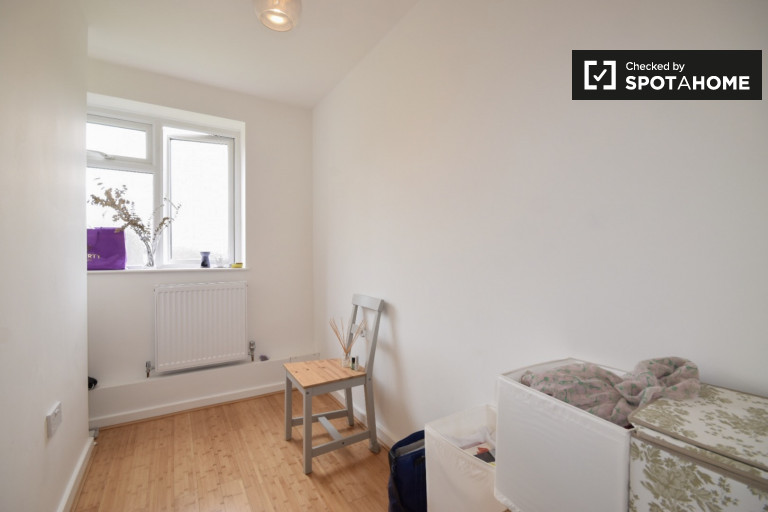 Single Bed in Room for rent in cute 2-bedroom apartment in Barnet
