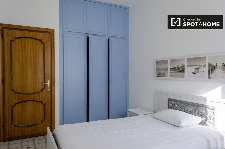Chambre ensoleillée dans un appartement de 4 chambres à Ostiense, Rome