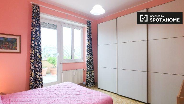 Encantadora habitación en apartamento de 3 dormitorios en Ostia, Roma