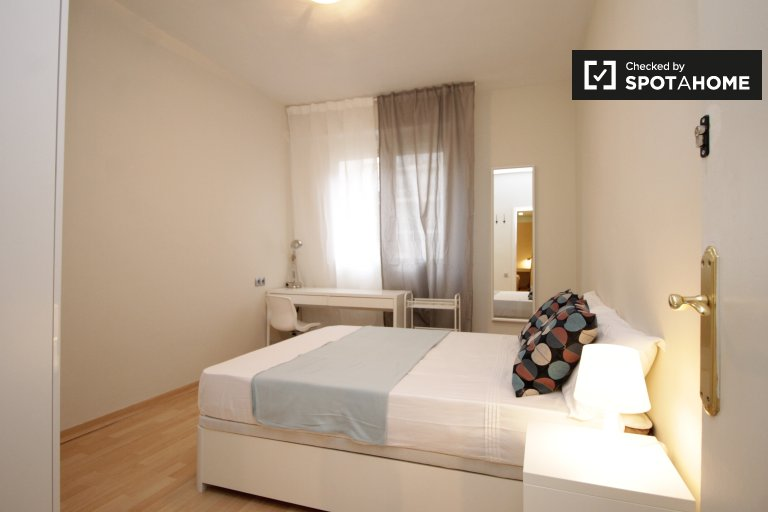 Spacious room in 5-bedroom apartment in Les Corts, Barcelona